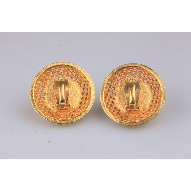CHANEL Vintage Gold Metal and Faux Pearls GRID Clip On EARRINGS For Sale 2