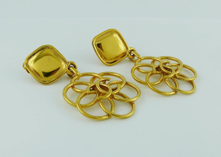 Chanel Vintage Gold Toned CC Flower Dangling Earrings In Good Condition For Sale In Nice, FR
