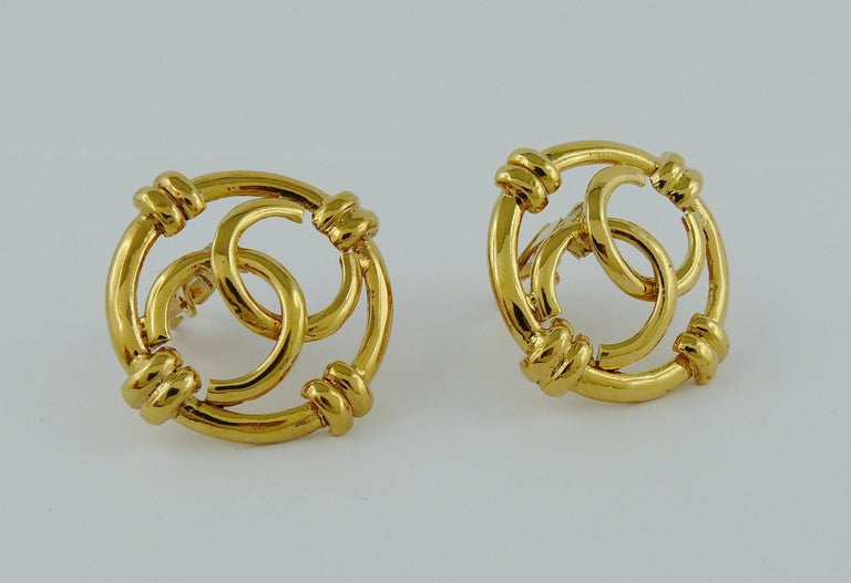 Chanel Vintage Gold Toned Openwork CC Logo Disc Clip On Earrings In Excellent Condition For Sale In Nice, FR