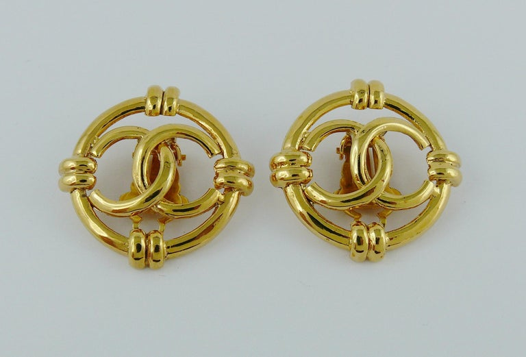 Women's Chanel Vintage Gold Toned Openwork CC Logo Disc Clip On Earrings For Sale