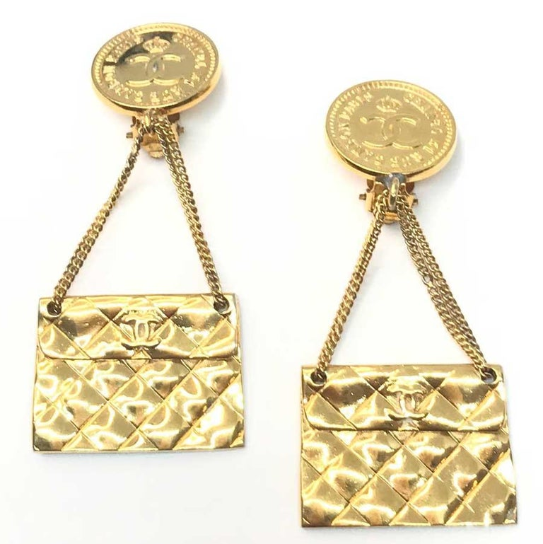 We love these CHANEL 80 'hanging clip earrings' representing the iconic quilted bag of the House.  Vintage jewel. Series of the 80s. These earrings are in very good condition. The mark is engraved on the back of each clip.  Its dimensions are: