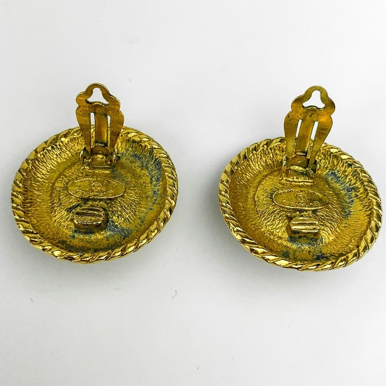 CHANEL Vintage Golden Round Earrings In Good Condition For Sale In Paris, FR