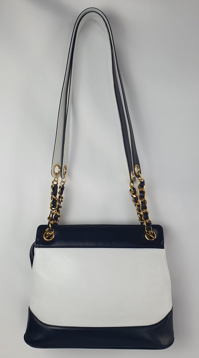 - Designer: CHANEL - Model: Vintage - Condition: Very good condition. Bag restored by a professional - Accessories: None - Measurements: Width: 27cm , Height: 22cm , Depth: 8cm - Exterior Material: Leather - Exterior Color: White - Interior
