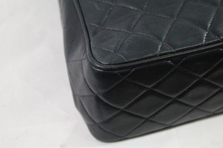 5ee6647192ba35 Chanel Vintage Navy Quilted Leather Crossbody Bag In Good Condition For Sale  In Paris, FR