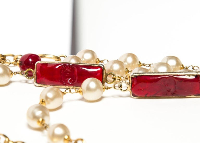CHANEL  Vintage Red Gripoix and Faux Pearl Chain Necklace In Excellent Condition For Sale In Scottsdale, AZ
