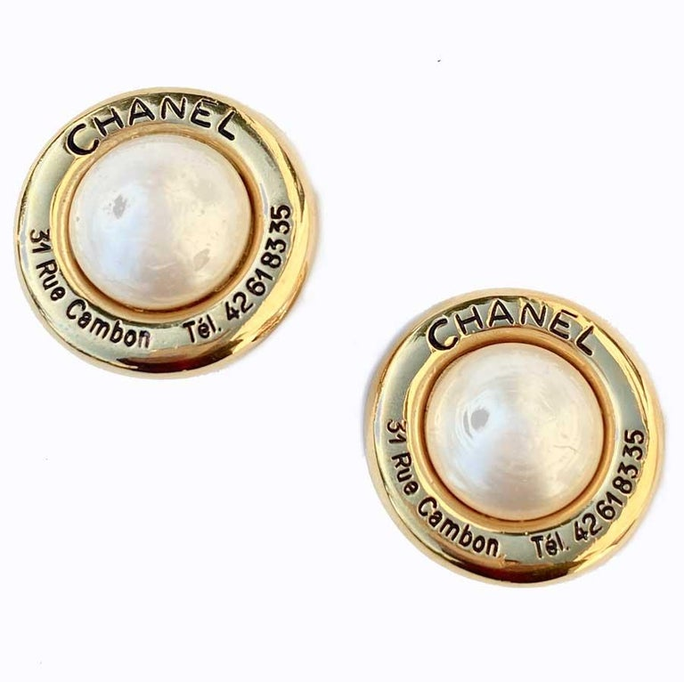 Collector! from before 1980 and in very good condition. These earrings have the Chanel signature on the back. On the front we can read CHANEL, 31 Rue Cambon Tel. 42618335 in black engraved in gold metal, the central pearl is made of glass paste