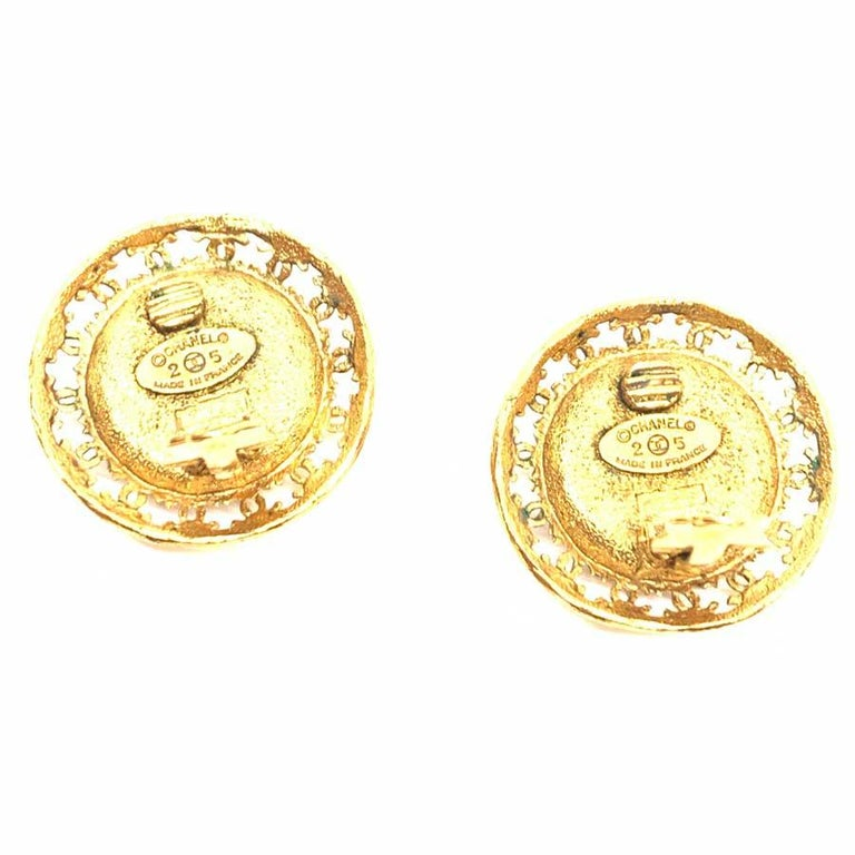 CHANEL Vintage Round Clip-On Earrings In Good Condition For Sale In Paris, FR
