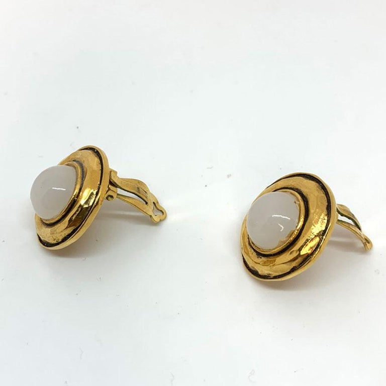 CHANEL Vintage Round Clips In Good Condition For Sale In Paris, FR