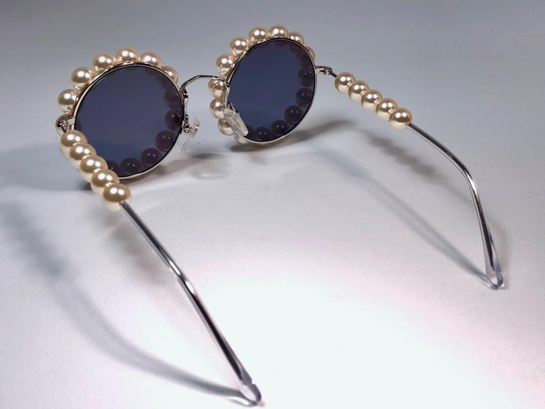 Chanel Vintage Runway Pearls Spring Summer 1994 Sunglasses Made In Italy For Sale 6