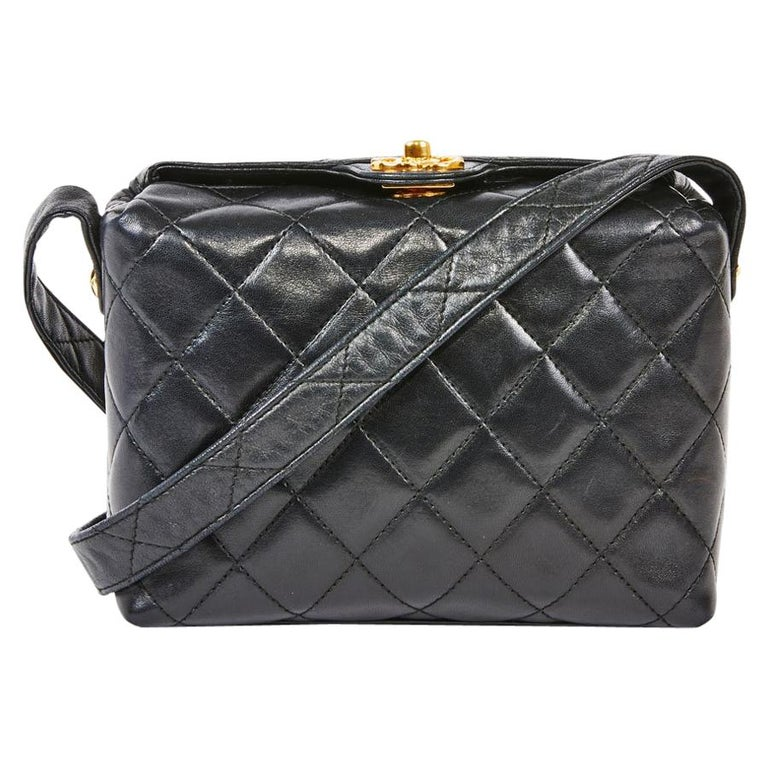 dad653fbd7ac CHANEL Vintage Small Bag in Black Quilted Leather For Sale at 1stdibs