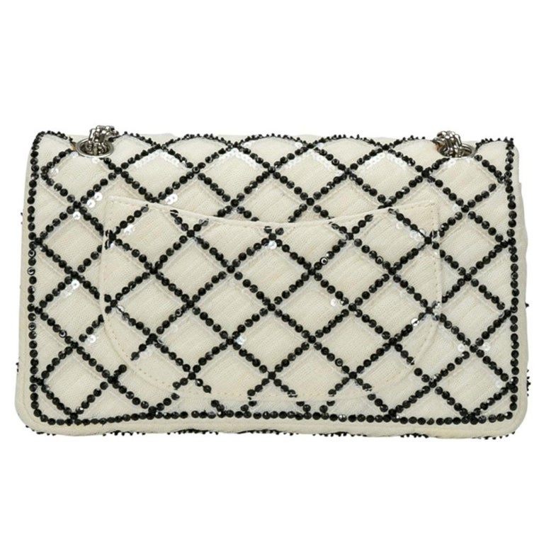 Chanel White/Black Sequinned Mesh Limited Edition 2.55 Reissue Flap Bag In Good Condition For Sale In Dubai, Al Qouz 2