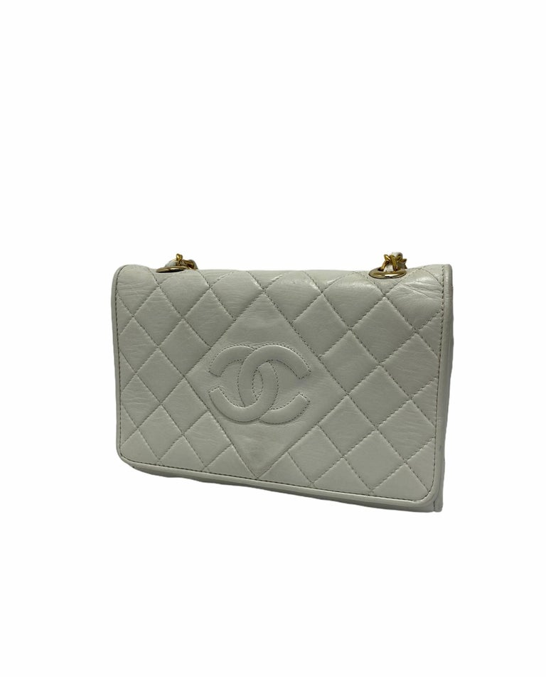 Shoulder strap signed Chanel, made of white leather with gold hardware. Equipped with a magnetic button closure, internally lined in burgundy leather, roomy for the essentials. Equipped with a leather and chain shoulder strap and an internal zip