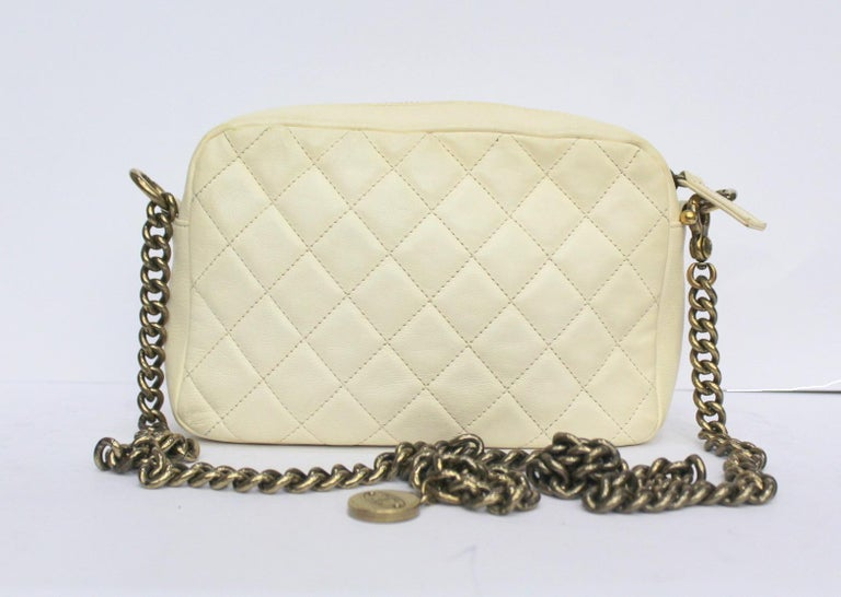 Fantastic Chanel Camera Bag made of white leather with gold hardware. Zip closure, internally roomy for the essentials. Chain shoulder strap that allows you to wear it comfortably. Enriched on the front by the classic CC logo. Year 2012/2013 is in