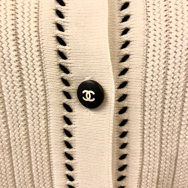 Chanel White Short Sleeves Knitted Cotton Cardigan  In Excellent Condition For Sale In Sheung Wan, HK