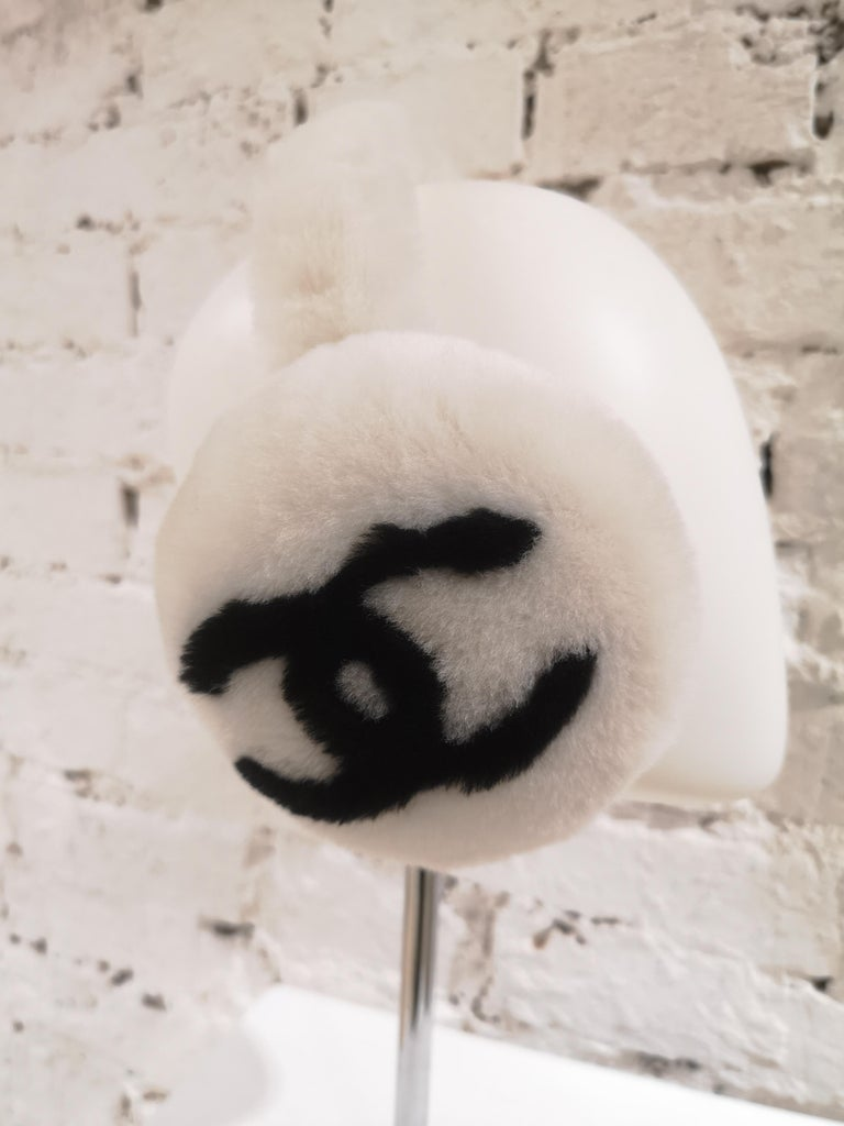 Chanel White with black CC logo earmuffs  In Excellent Condition For Sale In Capri, IT