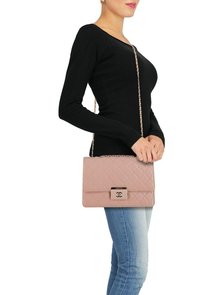 Shoulder bag, classic chain, leather, solid color, front logo, quilted, pressure lock closure, gold-tone hardware, internal zipped pocket, multiple internal compartments, leather lining, evening, occasion wear, day bag. Product Condition: Very Good.