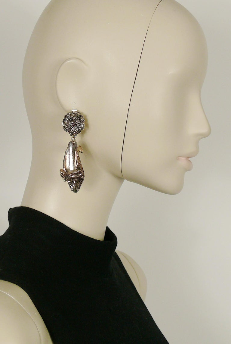 CHANTAL THOMASS vintage rare novelty dangling earrings (clip-on) featuring shoes in silver tone with antiqued patina.  Embossed CHANTAL THOMASS.  Indicative measurements : height approx. 7.5 cm (2.95 inches) / max. width 2 cm (0.79 inch).  NOTES -