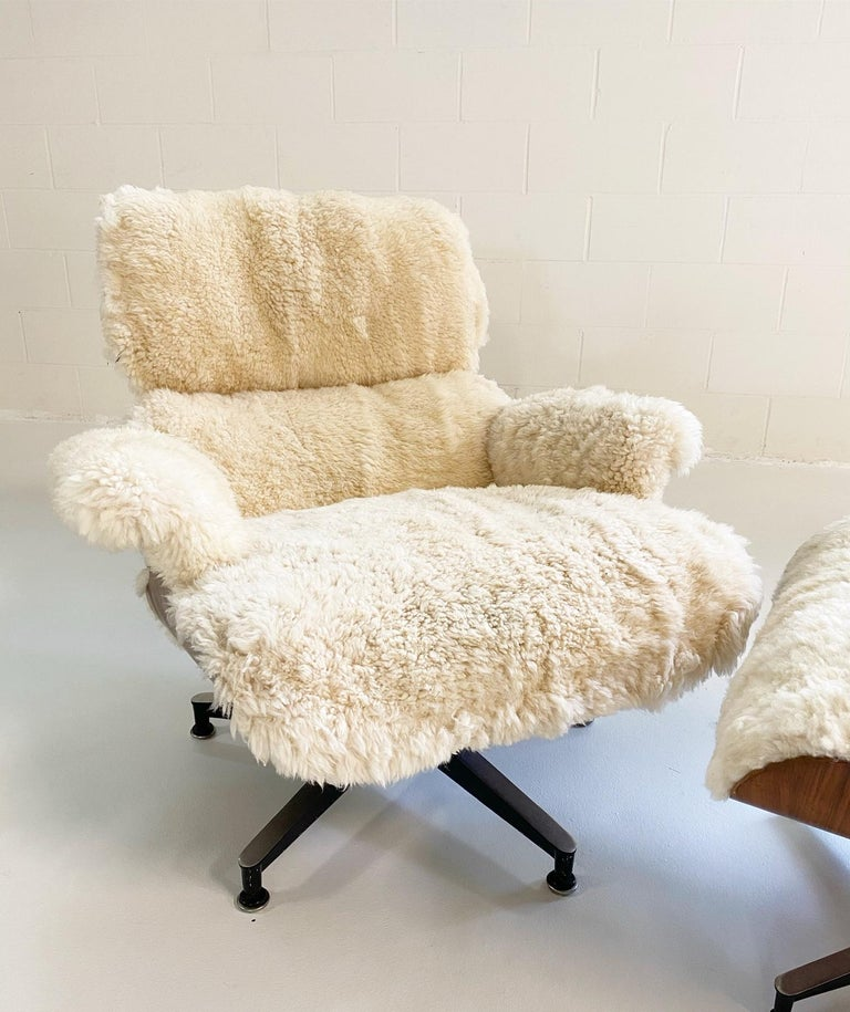 Charles and Ray Eames 670 Lounge Chair and 671 Ottoman in California Sheepskin In Excellent Condition For Sale In SAINT LOUIS, MO
