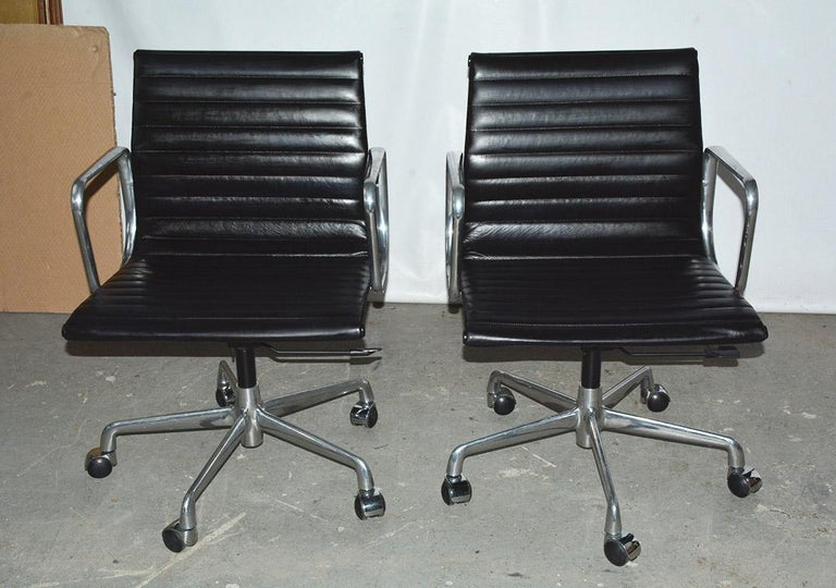 Eames aluminum management office armchairs for Herman Miller. Eames EA335 management office chair in black leather with five-star base, spindle and tilt-swivel mechanism. 6 chairs available. Desk chair, office chair, conference table chair. Size:
