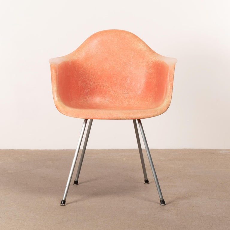 Iconic Dax chair in salmon color. Chair is in good condition with only light traces of use. First generation Zenith Plastics production with rope edge. Signed with 'checkerboard label'.