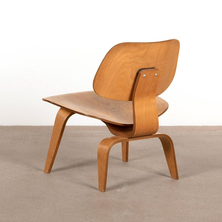 Iconic LCW lounge chair in maple plywood. The veneer and chair is in very good original vintage condition with nice patina. Light traces of use, but no major cosmetic distractions. Early Evans production (Evans molded plywood division) for Herman