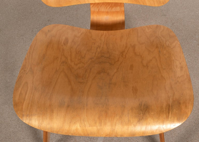 Rubber Charles and Ray Eames Early LCW Maple Lounge Chair for Evans Products, 1947