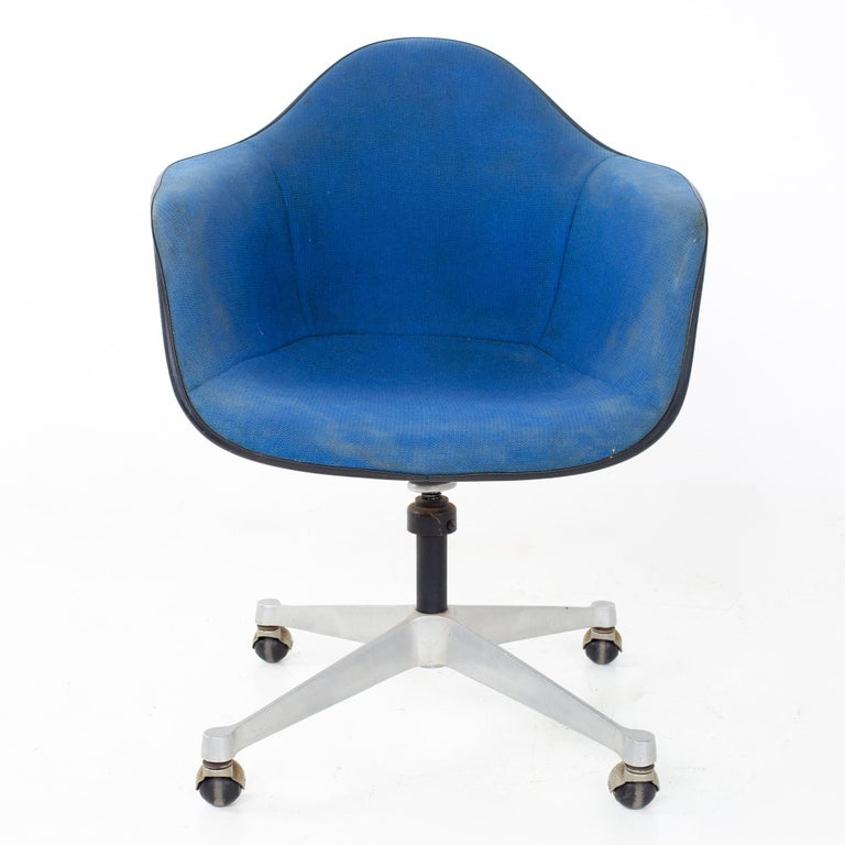 Mid-Century Modern Charles and Ray Eames for Herman Miller Mid Century Blue Shell Office Chair For Sale