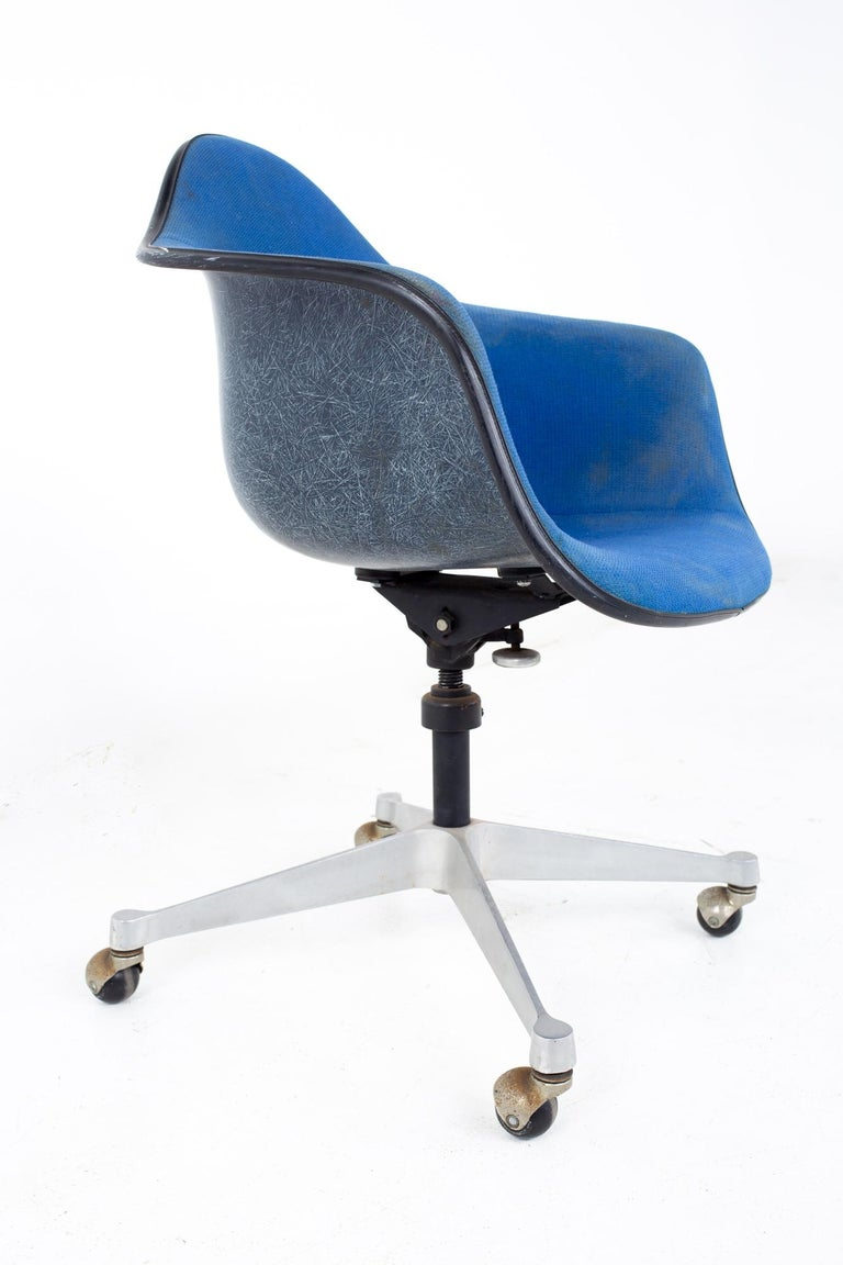 American Charles and Ray Eames for Herman Miller Mid Century Blue Shell Office Chair For Sale