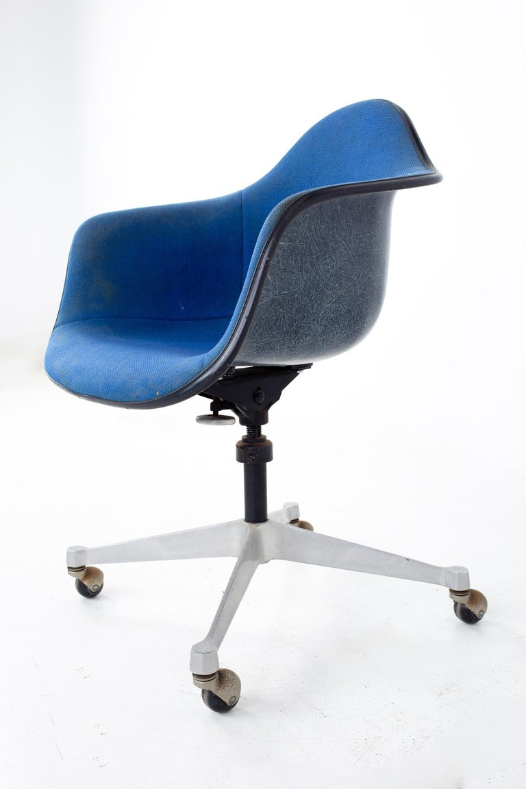 Charles and Ray Eames for Herman Miller Mid Century Blue Shell Office Chair In Good Condition For Sale In La Grange, IL