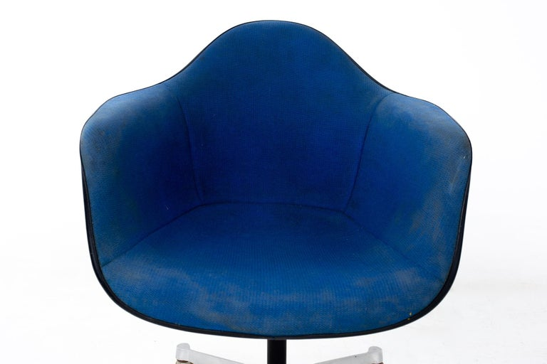 Late 20th Century Charles and Ray Eames for Herman Miller Mid Century Blue Shell Office Chair For Sale