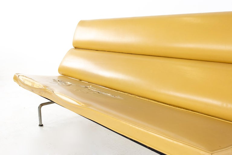Charles and Ray Eames for Herman Miller Mid Century Compact Daybed Sofa In Good Condition For Sale In La Grange, IL