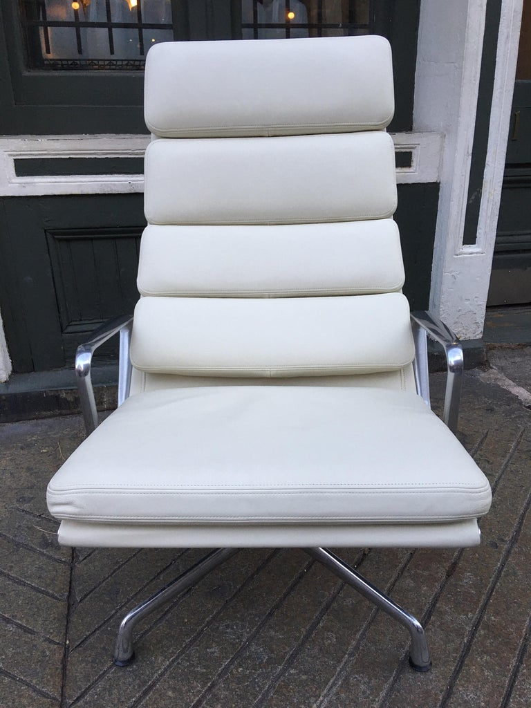 Aluminum Charles and Ray Eames for Herman Miller Soft Pad Lounge Chair in Ivory Leather For Sale