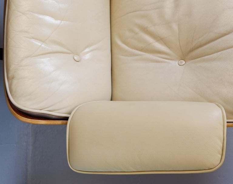 Mid-Century Modern Charles and Ray Eames Lounge Chair and Ottoman Mobilier International Edition For Sale