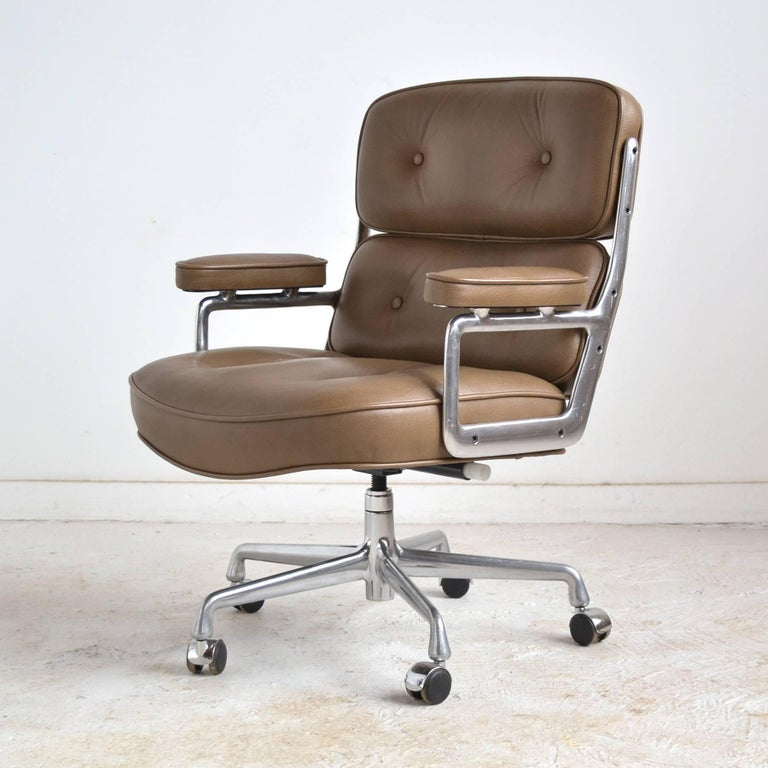 Charles and Ray Eames Pair of Time-Life Chairs by Herman Miller In Good Condition For Sale In Highland, IN