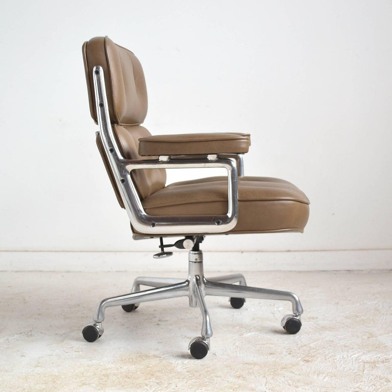 Charles and Ray Eames Pair of Time-Life Chairs by Herman Miller For Sale 2