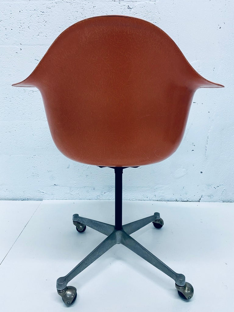 Charles and Ray Eames PSC Orange Fiberglass Office Desk Chair for Herman Miller In Good Condition For Sale In Miami, FL