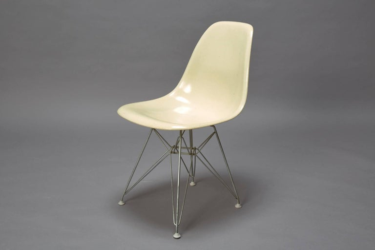 Mid-Century Modern Charles Eames Fiberglass Shell Chair for Herman Miller with Original Eiffel Base For Sale