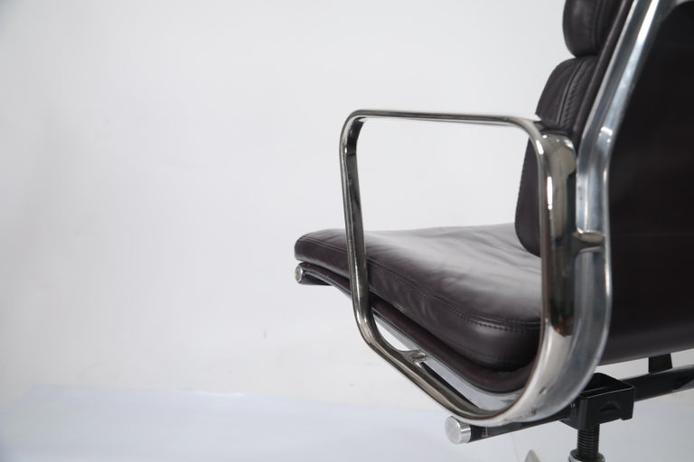Charles Eames for Herman Miller Auburgine Soft Pad Management Chair, circa 1980 For Sale 3