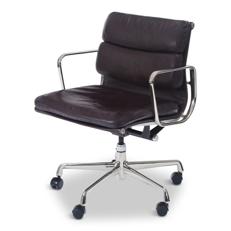 A collectible and sought after leather 'Soft Pad' Management Desk chair from the Aluminum Group line, designed by Charles and Ray Eames for Herman Miller. Featuring its original vintage Auburgine color leather upholstery over five-star aluminum base