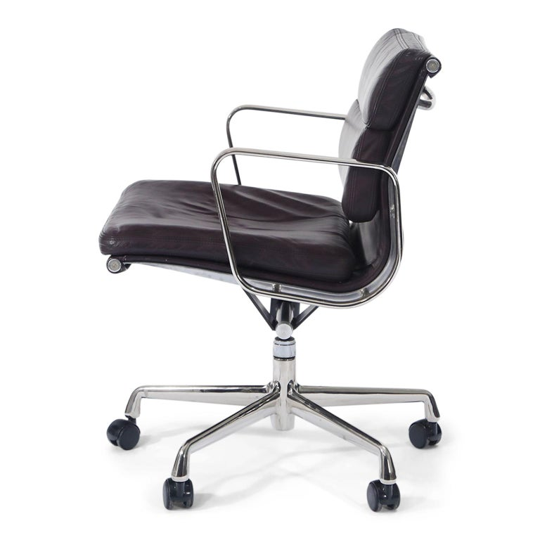 Mid-Century Modern Charles Eames for Herman Miller Auburgine Soft Pad Management Chair, circa 1980 For Sale