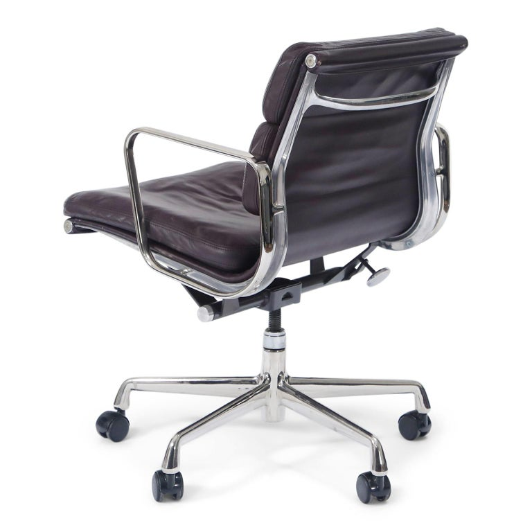 American Charles Eames for Herman Miller Auburgine Soft Pad Management Chair, circa 1980 For Sale