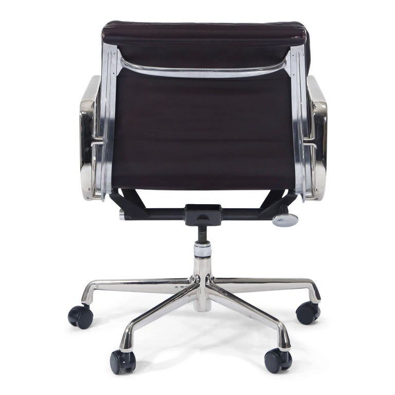 Charles Eames for Herman Miller Auburgine Soft Pad Management Chair, circa 1980 In Good Condition For Sale In Los Angeles, CA