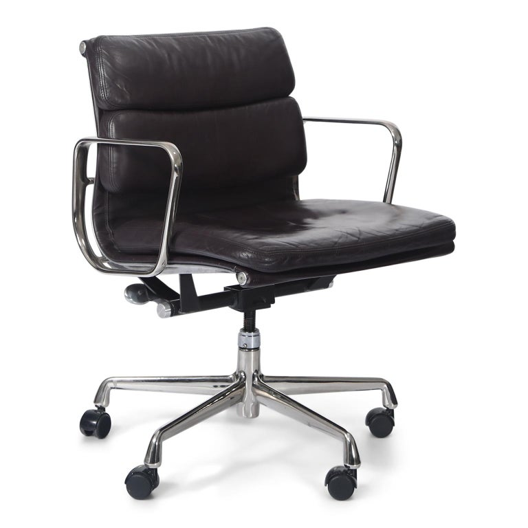 Late 20th Century Charles Eames for Herman Miller Auburgine Soft Pad Management Chair, circa 1980 For Sale