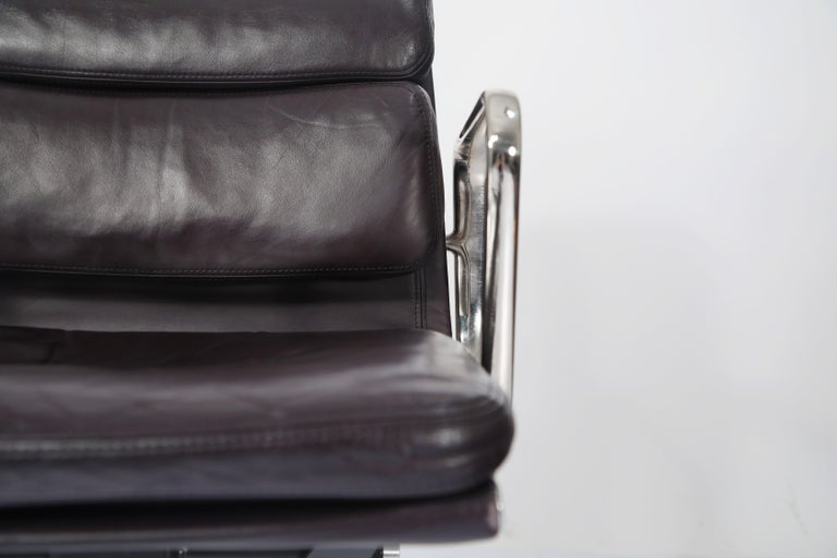 Aluminum Charles Eames for Herman Miller Auburgine Soft Pad Management Chair, circa 1980 For Sale
