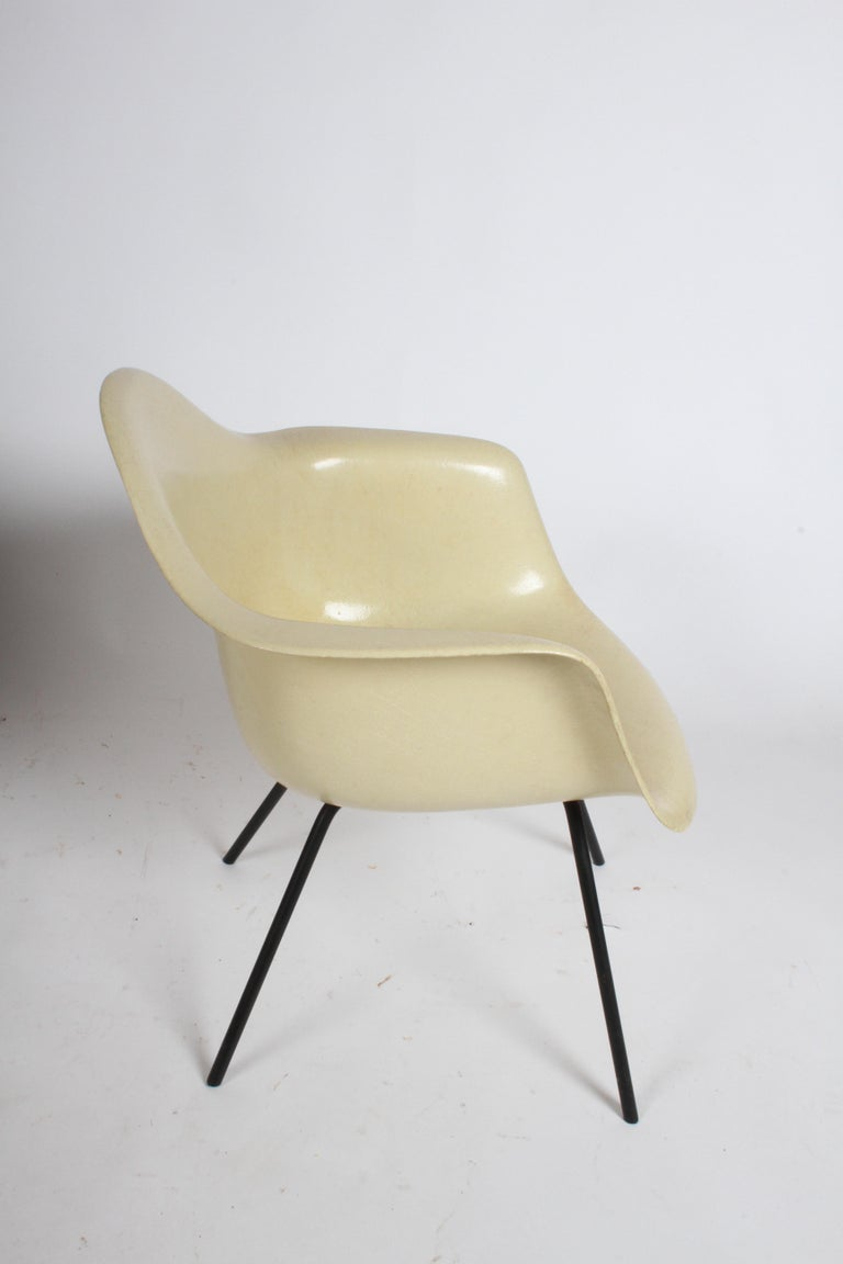 Mid-Century Modern Charles Eames for Herman Miller Low DAX Shell Armchair For Sale