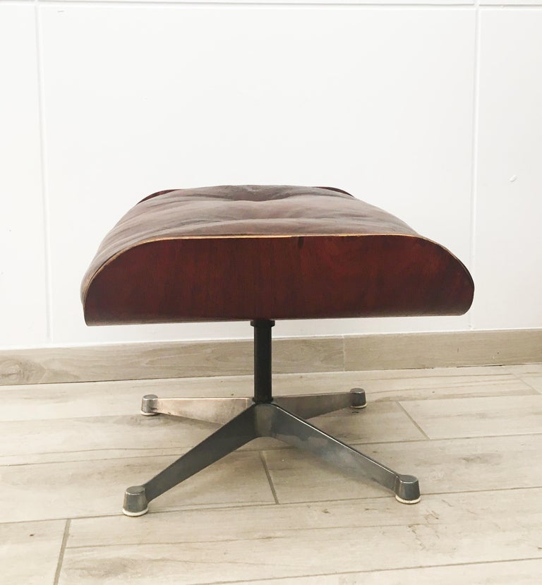 An icon of midcentury, this pouf, also known as ottoman 671, was made in the style of the ingenious couple of designers Charles and Ray Eames for the American company Herman Miller.