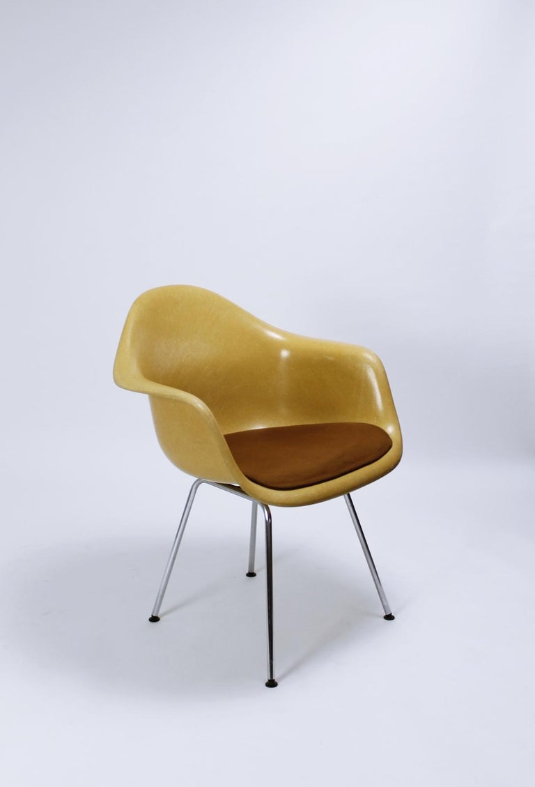 Vintage design  This stunning chairs was designed by Charles & Ray Eames for Herman Miller and was later manufactured by Vitra during the 1960s under the Herman Miller License. The fiberglass shells are mounted on a H-base The light orche fiberglass