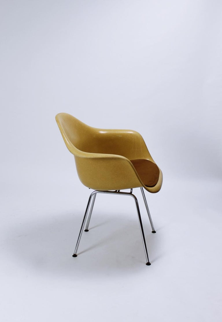 Charles Eames Molded  Fiberglass Dax Armchairs on H-Base In Good Condition In Debrecen-Pallag, HU