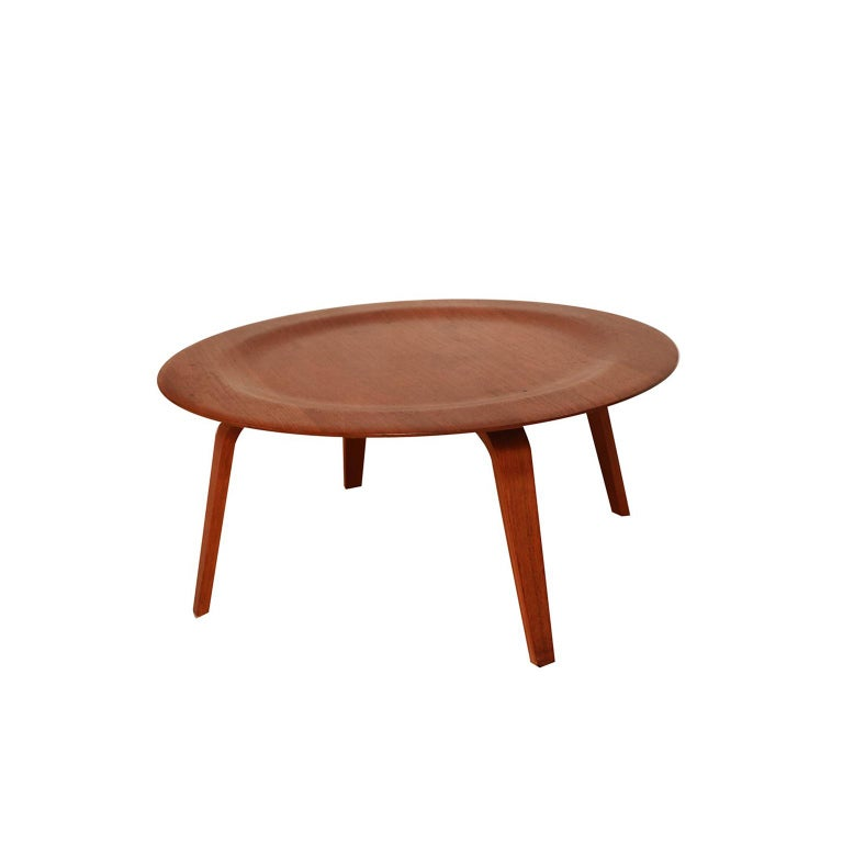 Iconic molded plywood CTW coffee table designed by Charles Eames for Herman Miller. Features a beautifully grained circular molded walnut plywood top with a wide raised edge and walnut bentwood legs all with the original finish. This Classic example