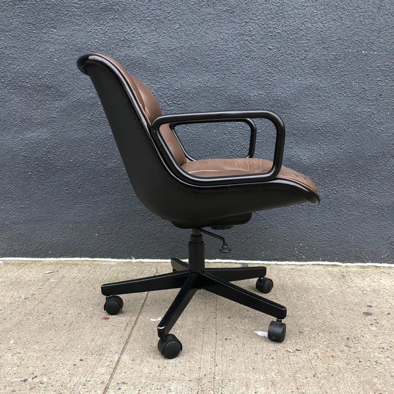 20th Century Charles Pollock for Knoll Executive Office Chairs Brown Leather, Midcentury For Sale